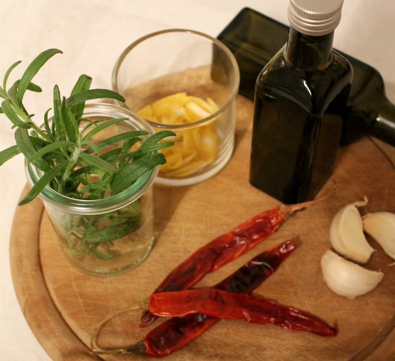 """DIY in a jar"" Chili- und Kräuteröle"